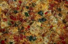 Omlet z kiełkami, warzywami i wędliną