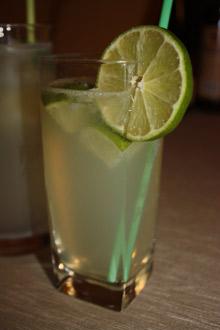 Rum, limonki i napój imbirowy