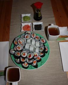 Sushi podane z wasabi, sosem sojowym, sezamem, marynowanym imbirem i zielonąherbatą.