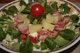 Grillowany bekon z ananasem i świeżymi warzywami